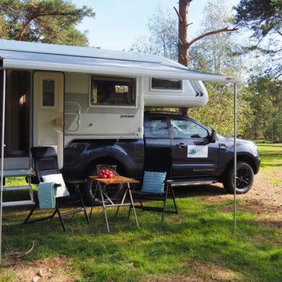 4x4 camper met brede luifel aan afzetunit