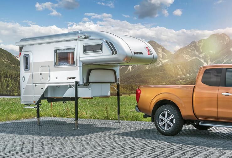 Afzet unit voor 4x4 camper los naast 4wd auto op poten