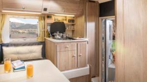 Binnenzijde met keuken van de 4x4 camper