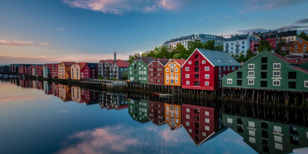 Trondheim is Scandinavie, prachtig uitzicht van de gekleurde huizen