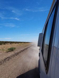 mooi gezicht vanuit de camper rijdend in Argentinie