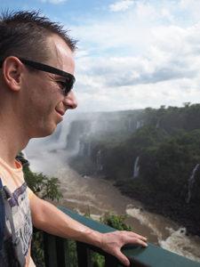 Robin Nijkamp bij de watervallen in Iguazu