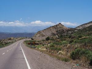 Prachtige weg door bergen met camper