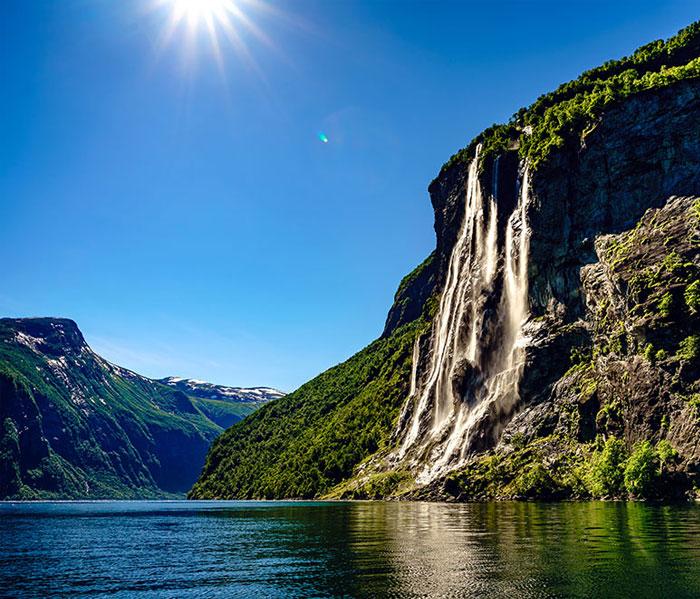Fjord tijdens Camperreis Noorwegen met waterval