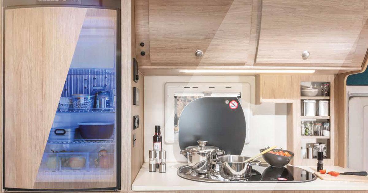 De keuken van de camper met zonnen-energie koelkast