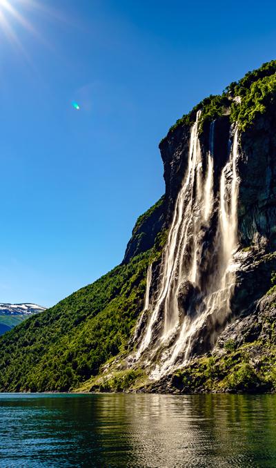 prachtige waterval te zien tijden camperreis Noorwegen