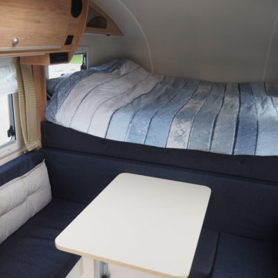 Bed en zithoek in 2 persoons camper