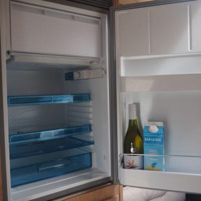 Grote koelkast in camper