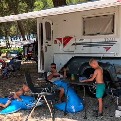 Gezin geniet voor Special Camper