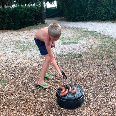 Kind die barbecued op Cobb bbq
