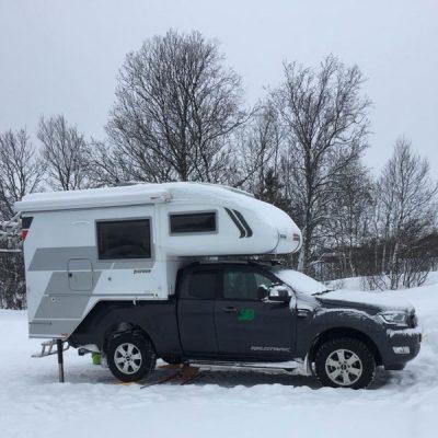 4x4 camper in de sneeuw Noorwegen