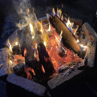 vuurtje in het bos tijdens kamperen